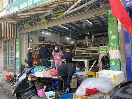 Đi chợ đầu năm: Hải sản tăng giá, hoa tươi rẻ hơn trước Tết - Ảnh 4.