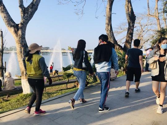 CLIP: Thuyền rồng chui bát nháo trên sông Hương - Ảnh 2.