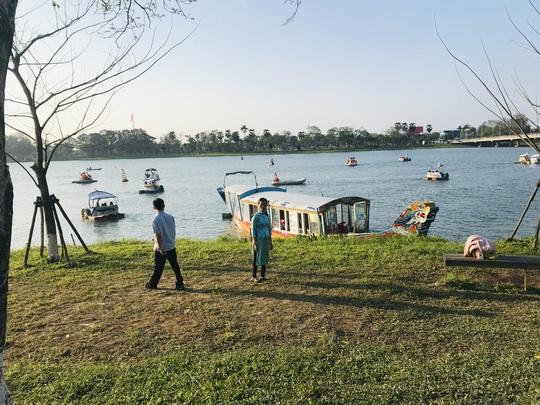 CLIP: Thuyền rồng chui bát nháo trên sông Hương - Ảnh 4.