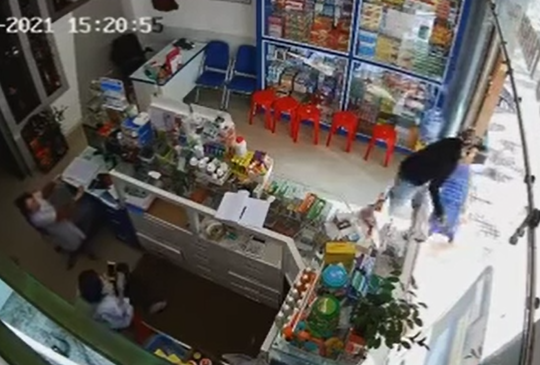 CLIP: Thanh niên trộm cả ghế nhựa của tiệm thuốc tây - Ảnh 1.