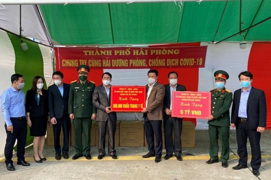 Hải Phòng trao 5 tỉ đồng và 500.000 khẩu trang y tế tặng Hải Dương - Ảnh 1.