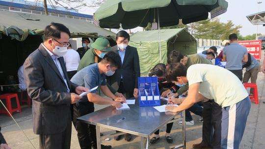 Hải Phòng trao 5 tỉ đồng và 500.000 khẩu trang y tế tặng Hải Dương - Ảnh 2.