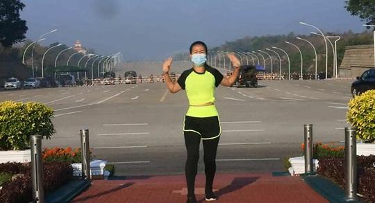 Bức ảnh đặc biệt trong vụ đảo chính ở Myanmar - Ảnh 2.