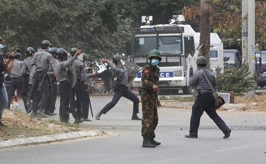 Biểu tình Myanmar: Cảnh sát nổ súng, 22 người thương vong - Ảnh 1.