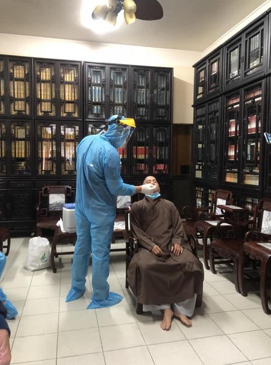 Lấy hơn 30 mẫu xét nghiệm Covid-19 tại một ngôi chùa ở TP HCM - Ảnh 1.