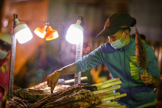 Nướng cá lóc xuyên đêm cho ngày vía Thần Tài tại TP HCM - Ảnh 11.