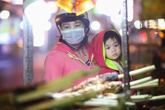 Nướng cá lóc xuyên đêm cho ngày vía Thần Tài tại TP HCM - Ảnh 10.