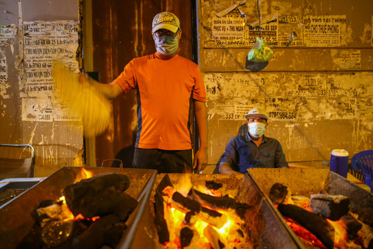 Nướng cá lóc xuyên đêm cho ngày vía Thần Tài tại TP HCM - Ảnh 3.