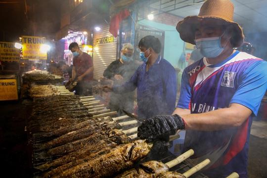 Nướng cá lóc xuyên đêm cho ngày vía Thần Tài tại TP HCM - Ảnh 2.