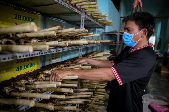 Nướng cá lóc xuyên đêm cho ngày vía Thần Tài tại TP HCM - Ảnh 7.