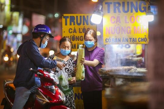 Nướng cá lóc xuyên đêm cho ngày vía Thần Tài tại TP HCM - Ảnh 12.