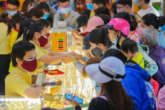 Chuyện lạ trên thị trường vàng ngày vía Thần Tài ở TP HCM - Ảnh 1.