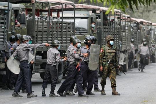 Quân đội Myanmar bị chỉ trích vì bắn người biểu tình - Ảnh 1.