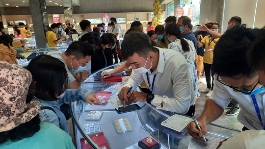 Chuyện lạ trên thị trường vàng ngày vía Thần Tài ở TP HCM - Ảnh 6.