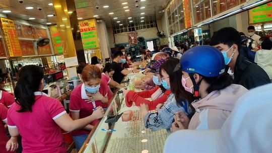 Chuyện lạ trên thị trường vàng ngày vía Thần Tài ở TP HCM - Ảnh 15.