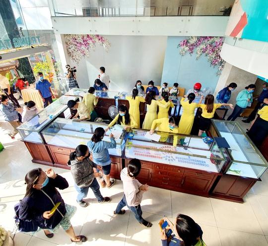Chuyện lạ trên thị trường vàng ngày vía Thần Tài ở TP HCM - Ảnh 9.