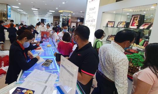 Chuyện lạ trên thị trường vàng ngày vía Thần Tài ở TP HCM - Ảnh 11.