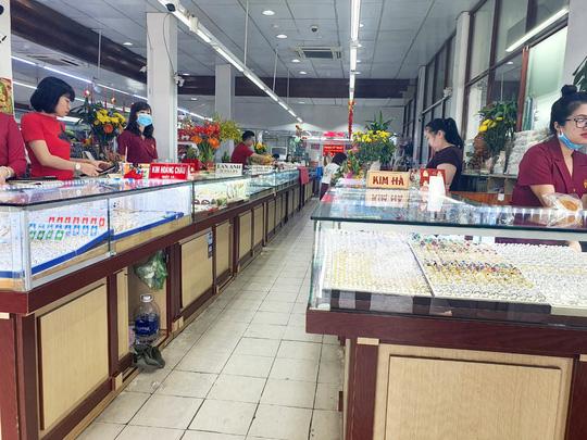 Chuyện lạ trên thị trường vàng ngày vía Thần Tài ở TP HCM - Ảnh 13.