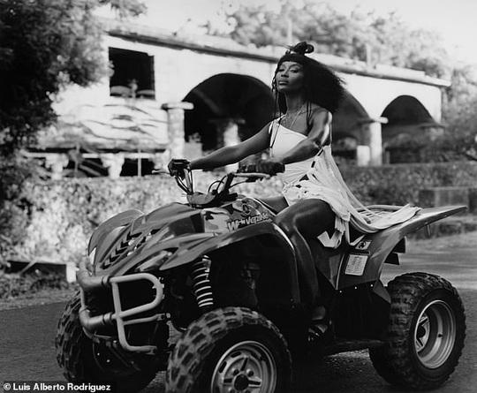 """""""Báo đen"""" Naomi Campbell khoe vẻ hoang dã và quyến rũ - Ảnh 12."""
