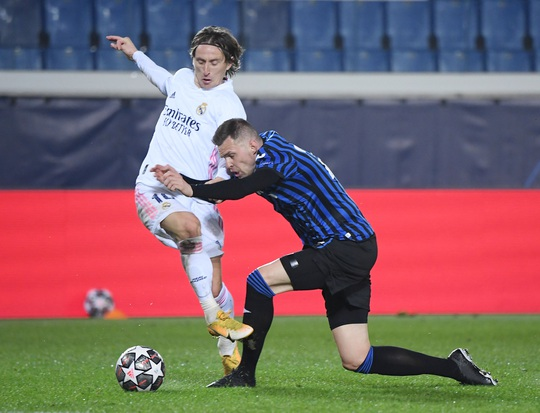 Hậu vệ ghi bàn, Real Madrid thoát hiểm trước bẫy rập Atalanta - Ảnh 2.