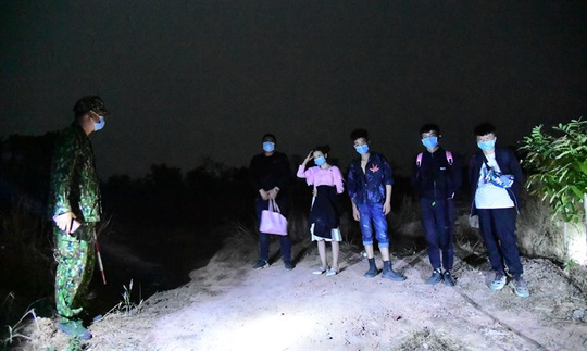 Bình Phước bắt 5 người Trung Quốc nhập cảnh trái phép - Ảnh 1.