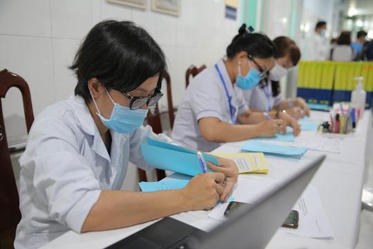 Tiêm thử nghiệm vắc-xin COVID-19 của Việt Nam cho 300 người ở Long An - Ảnh 2.