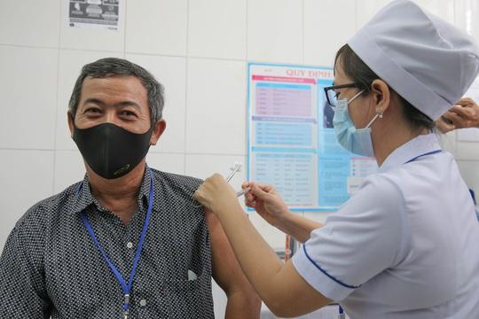 Tiêm thử nghiệm vắc-xin COVID-19 của Việt Nam cho 300 người ở Long An - Ảnh 7.