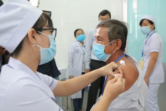 Tiêm thử nghiệm vắc-xin COVID-19 của Việt Nam cho 300 người ở Long An - Ảnh 6.