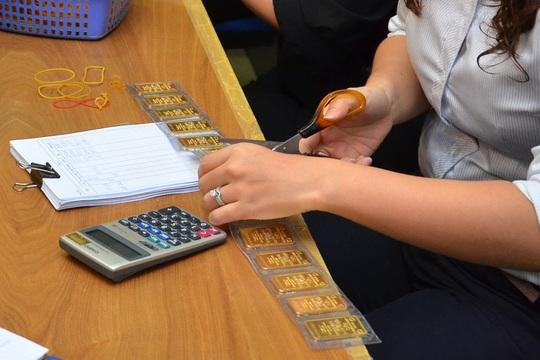 Giá vàng hôm nay 26-2: Người mua mất cả triệu đồng mỗi lượng - Ảnh 2.