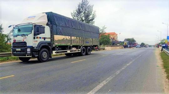 Quảng Bình: Va chạm với xe tải, 2 vợ chồng thương vong - Ảnh 1.