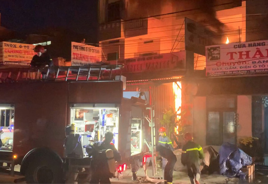 Ứng cứu kịp thời hai cha con mắc kẹt trong ngôi nhà đang bốc cháy dữ dội - Ảnh 1.