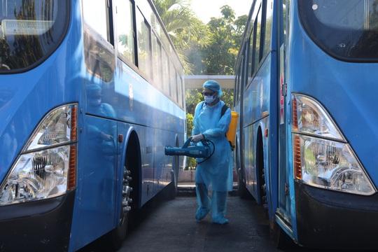 Tặng hàng ngàn chai nước sát khuẩn, khẩu trang y tế cho hành khách, tài xế và tiếp viên xe buýt - Ảnh 2.