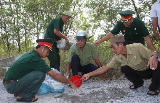 """CLIP: """"Biệt đội cựu chiến binh vá đường"""" ở Cà Mau - Ảnh 9."""