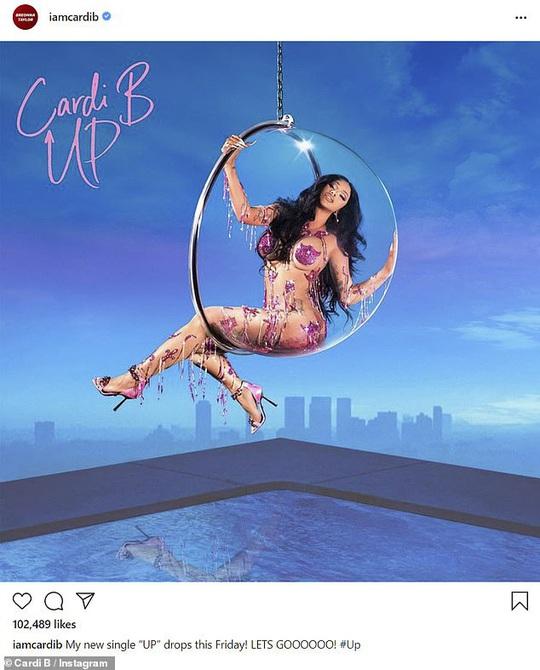 """Nữ rapper Cardi B gây sốt khi """"mặc như không"""" - Ảnh 3."""
