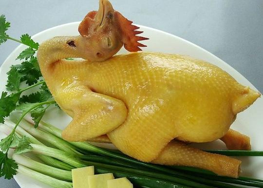 Món ăn ngày Tết: Cách luộc và tạo dáng gà cúng giao thừa - Ảnh 1.