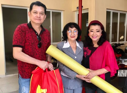 NSƯT Hữu Châu xúc động cùng Kỳ nữ Kim Cương trao quà tết cho nghệ sĩ nghèo - Ảnh 1.