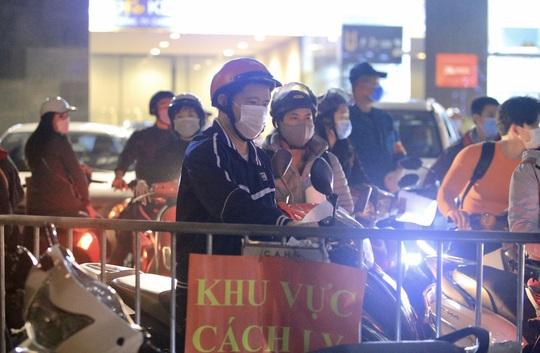 CLIP: Phong toả toàn bộ chung cư cao cấp 88 Láng Hạ, cư dân nháo nhác khai báo y tế - Ảnh 5.