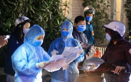 CLIP: Phong toả toàn bộ chung cư cao cấp 88 Láng Hạ, cư dân nháo nhác khai báo y tế - Ảnh 7.