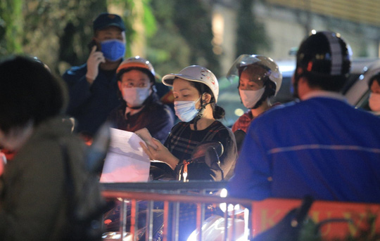 CLIP: Phong toả toàn bộ chung cư cao cấp 88 Láng Hạ, cư dân nháo nhác khai báo y tế - Ảnh 12.