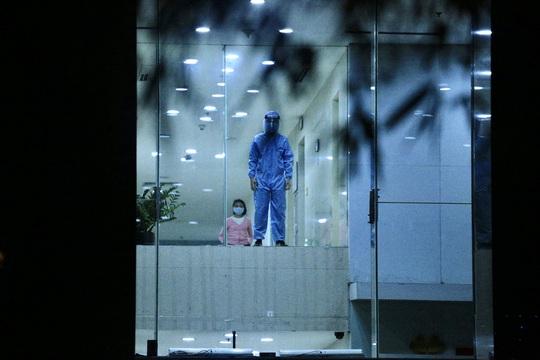 CLIP: Phong toả toàn bộ chung cư cao cấp 88 Láng Hạ, cư dân nháo nhác khai báo y tế - Ảnh 13.