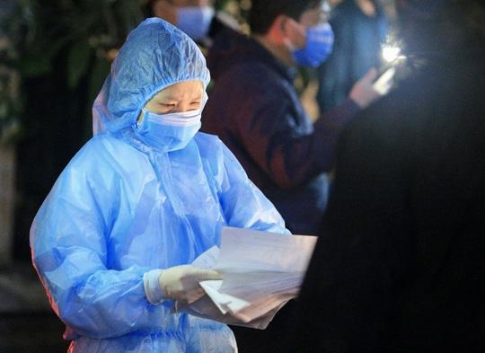 CLIP: Phong toả toàn bộ chung cư cao cấp 88 Láng Hạ, cư dân nháo nhác khai báo y tế - Ảnh 8.
