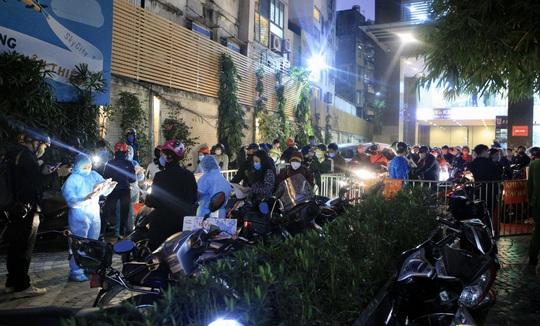 CLIP: Phong toả toàn bộ chung cư cao cấp 88 Láng Hạ, cư dân nháo nhác khai báo y tế - Ảnh 3.