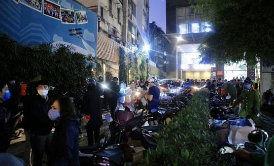 CLIP: Phong toả toàn bộ chung cư cao cấp 88 Láng Hạ, cư dân nháo nhác khai báo y tế - Ảnh 6.