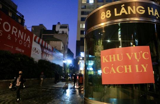 CLIP: Phong toả toàn bộ chung cư cao cấp 88 Láng Hạ, cư dân nháo nhác khai báo y tế - Ảnh 14.