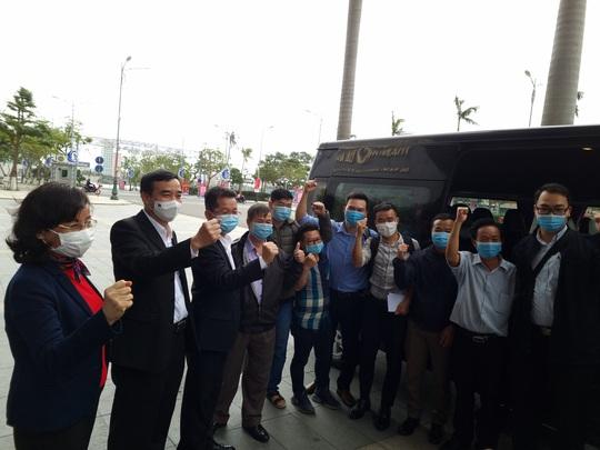 Phó Giám đốc Sở Y tế Đà Nẵng cùng 7 y bác sĩ lên đường đến Gia Lai hỗ trợ truy vết Covid-19 - Ảnh 1.
