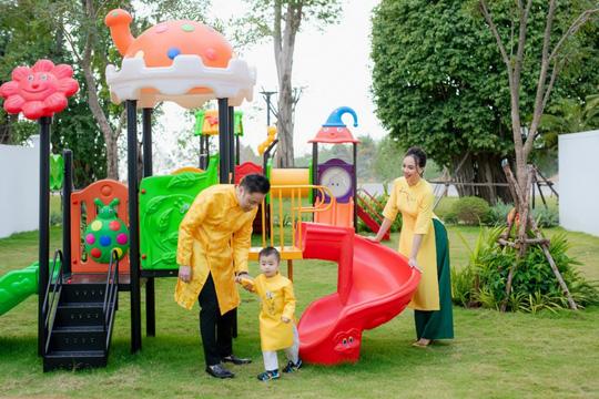 Gia đình Victor Vũ - Đinh Ngọc Diệp diện áo dài đón Tết - Ảnh 1.