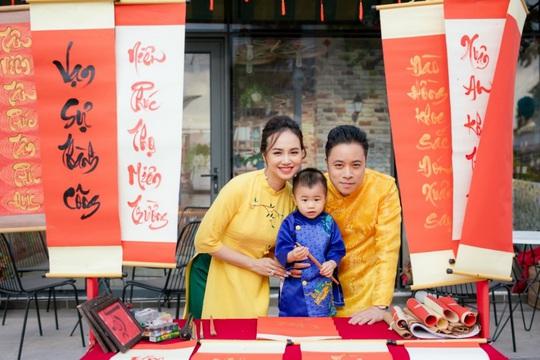 Gia đình Victor Vũ - Đinh Ngọc Diệp diện áo dài đón Tết - Ảnh 2.
