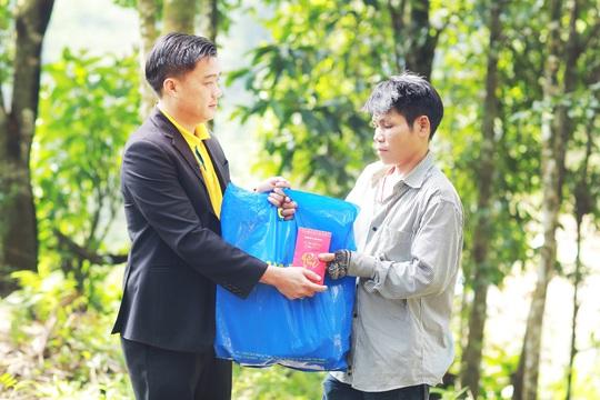 Nam A Bank mang Tết ấm đến bà con vùng lũ tại Trà Leng và Rào Trăng - Ảnh 1.