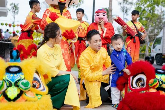 Gia đình Victor Vũ - Đinh Ngọc Diệp diện áo dài đón Tết - Ảnh 3.