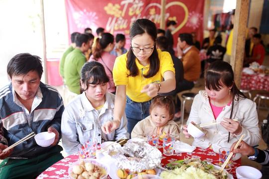 Nam A Bank mang Tết ấm đến bà con vùng lũ tại Trà Leng và Rào Trăng - Ảnh 4.